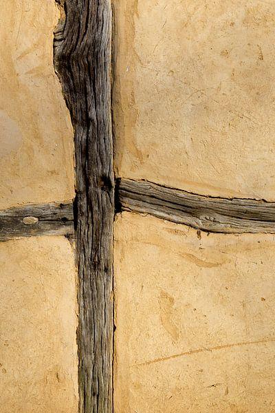 Lemen muur met houten balken van Robert Wiggers