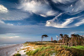 Leuchtende Wolken am Leuchtturm Darßer Ort. von Sascha Kilmer
