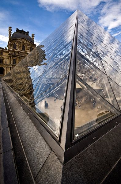 inkijkje in louvre-piramide van jan van de ven