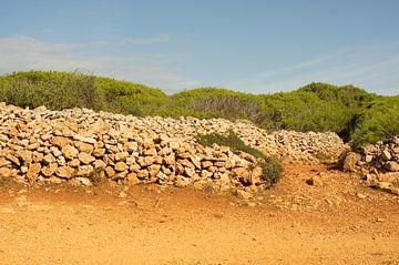 Steinmauer auf der Isola di Favignana, Sizilien von Jadzia Klimkiewicz