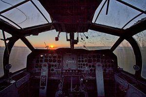 zonsondergang vanuit een verlaten cockpit van urbex lady