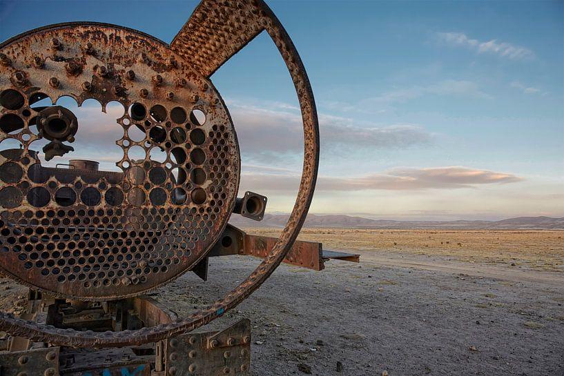 Oude Spoorweg kerkhof van treinen in de woestijn van uyuni, bolivia van Tjeerd Kruse