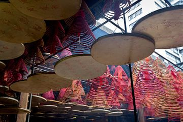 Incense spirals in Tin Hau Temple in the Yau Ma Tei area of Kowloon sur Fleur Halkema