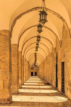 Bogengalerij met antieke lantaarns in de oude stad van Jeruzalem, Israël van Mieneke Andeweg-van Rijn