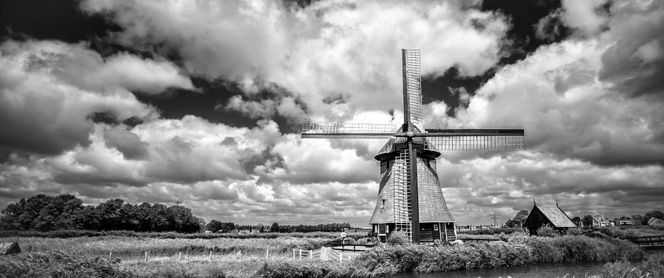 Oudhollandse molen tegen wolkendek in Z/W