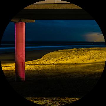 Kleurrijke avond opname van peilers onder de pier van Scheveningen van MICHEL WETTSTEIN