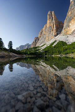 Spiegelung des Sees Lech de lagacio in den Dolomiten von Leo Schindzielorz
