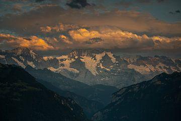 Ein Berg in den Wolken von Matthijs Bettman