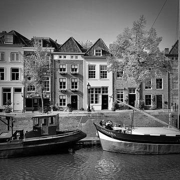 Der breite Hafen von 's-Hertogenbosch in schwarz-weiß von Jasper van de Gein Photography