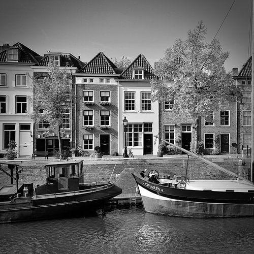 Der breite Hafen von 's-Hertogenbosch in schwarz-weiß
