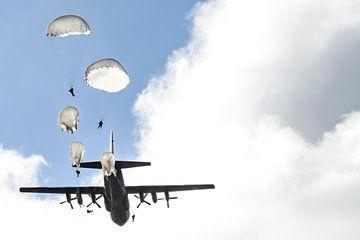 Paratroepen springen uit vliegtuig van
