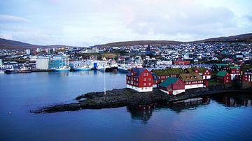 Uitzicht op Tinganes en de kleurrijke huizen van Torshavn op de Faeröer van