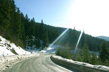 Zonnige besneeuwde bergweg in Slowakije van Sjoerd B