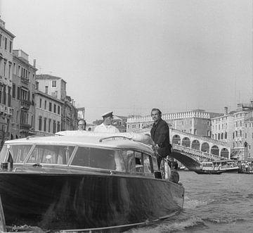 Der schottische Schauspieler Sean Connery steht auf einem Wassertaxi von Bridgeman Images