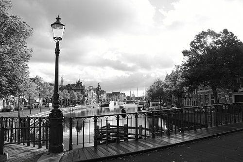 Haarlem Zicht op het Spaarne vanaf de brug met Straatlamp van