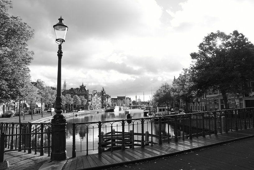 Haarlem Zicht op het Spaarne vanaf de brug met Straatlamp van Ernst van Voorst