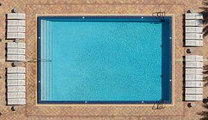 Zwembad aan de muur van