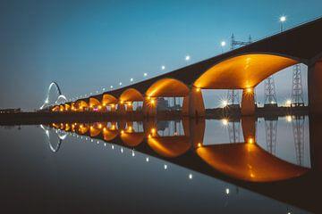Verlichte brug de Oversteek te Nijmegen van Youri Zwart