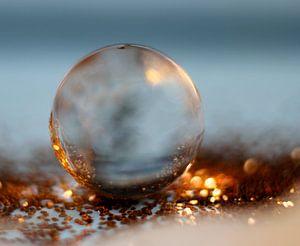 Zonsondergang gevangen in een waterdruppel