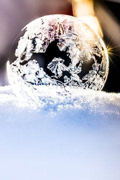 Bevroren zeepbel in zonsopgang van Capacidad Fotografie
