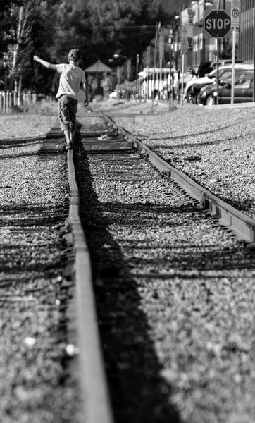 Jongentje loopt over treinrails van Jonathan Vandevoorde