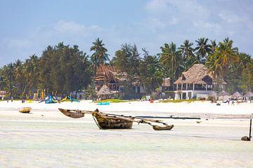 Een gestrande visserboot op het strand paradijsachtige strand op Zanzibar van Michiel Ton