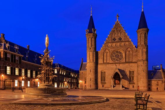 avondopname van de Ridderzaal op het Binnenhof in Den Haag