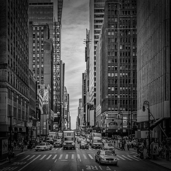 NEW YORK CITY verkeer op 7th Avenue | monochroom van Melanie Viola