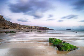 Verlaten strand in Bretagne van Mark Bolijn