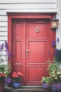 Rode deur met bloemen