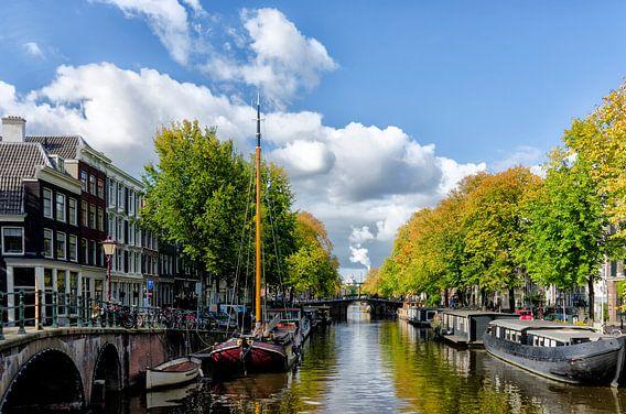 Brouwersgracht in Amsterdam, vlak voor de herfst. van Don Fonzarelli