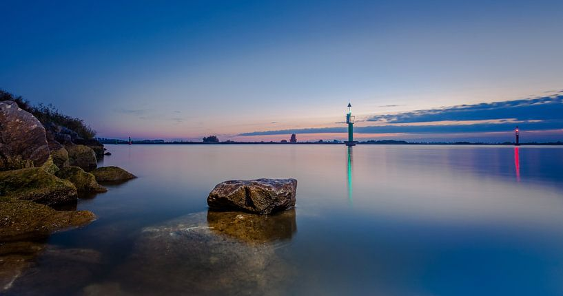 verlicht en verstilde steen in het kanaal van Martijn van Dellen