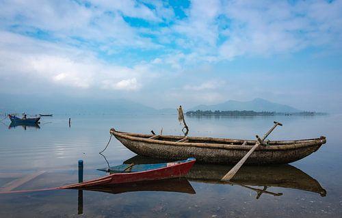 Vissersbootjes in de baai aan de Zuid-Chinese Zee, Vietnam