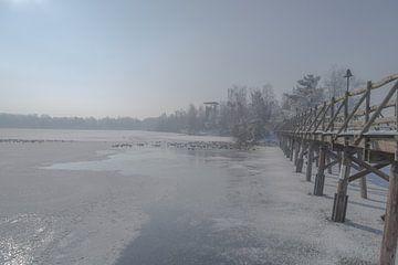 houten brug over een bevroren meer van FHoo