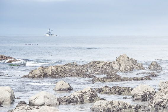 Vissersboot voor de kust van Bas Wolfs