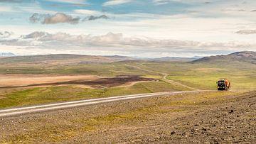 IJsland F208 - vrachtwagen in verlaten vlakte von
