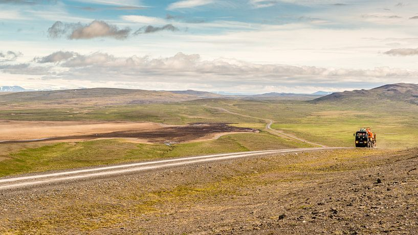 IJsland F208 - vrachtwagen in verlaten vlakte van Henk Verheyen