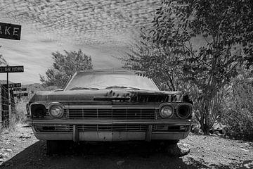 Oude Chevrolet achtergelaten in de tuin van Humphry Jacobs