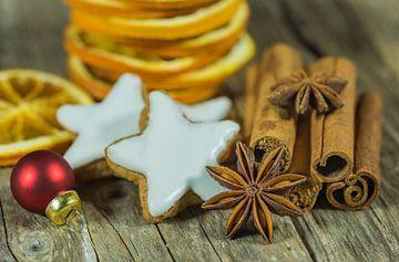 Kerststilleven met sterrenkoekjes, kaneel, anijs van Alex Winter