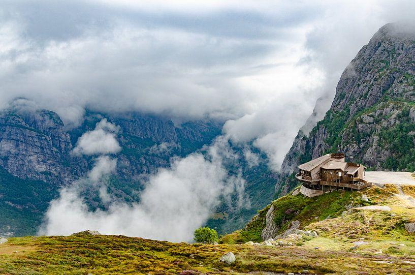 Huis aan de afgrond van de bergen, Noorwegen van Marly van Gog
