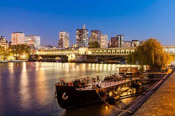 Woonboot in de Pont de Bir-Hakeim in Parijs bij nacht van Werner Dieterich