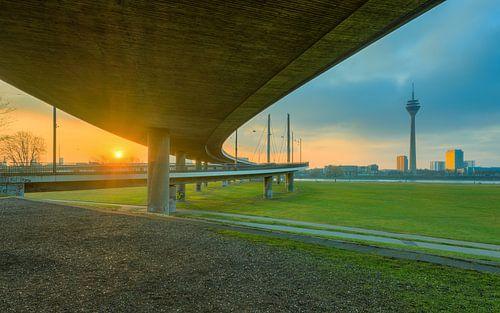 Sonnenaufgang unter der Rheinkniebrücke in Düsseldorf von