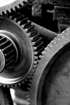 Zahnräder einer alten Maschine in einer stillgelegten verlassenen Fabrik von Heiko Kueverling