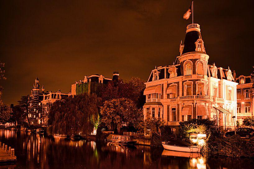 Amsterdam in de nacht. van Visueelconcept