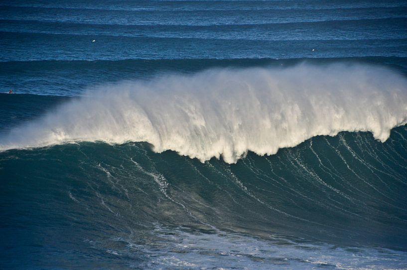 Big wave Nazaré Portugal van Marieke van der Hoek-Vijfvinkel