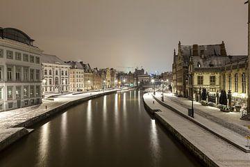 Tijdens sneeuwval de Graslei zien naast de Leie van Gent van Marcel Derweduwen