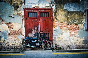 Jongetje op motor, straatkunst Maleisie