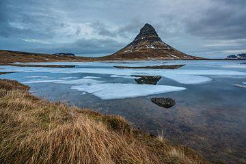 De berg Kirkjufell in West Island op een koude morgen in Februari van Anges van der Logt