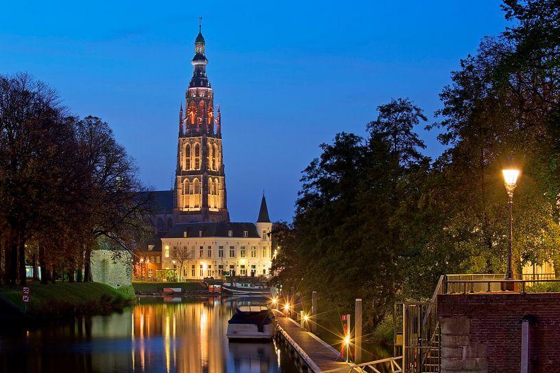 Nachtfoto Grote kerk Breda van Anton de Zeeuw