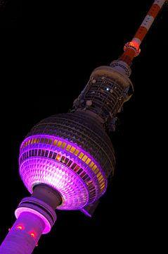 Berliner Fernsehturm mit violetter Beleuchtung von Frank Herrmann